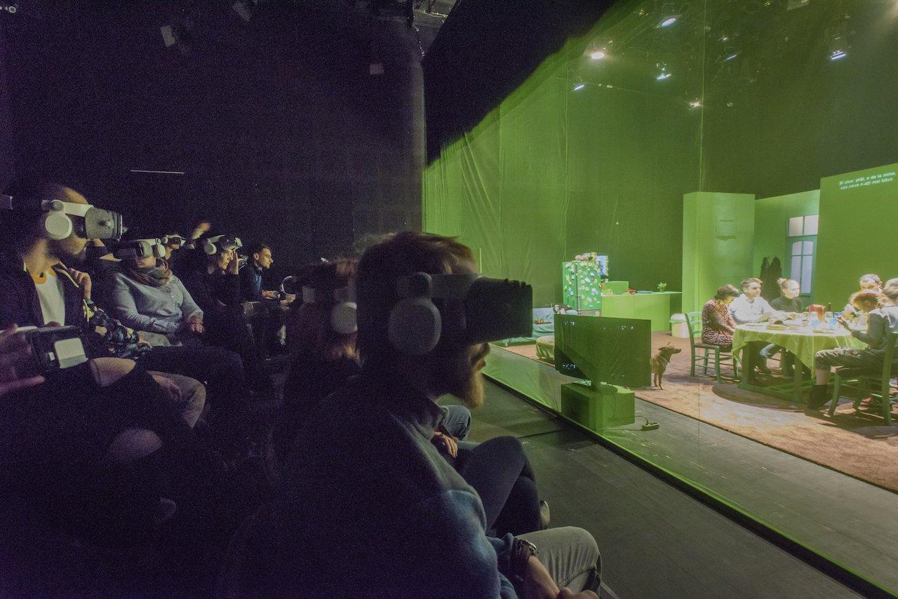 A virtuális valóságot és a színpadi látványt egyesítő előadás a kolozsvári színházban