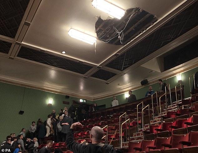 Előadás közben szakadt le a londoni Piccadilly Színház mennyezetének egy darabja, többen megsérültek