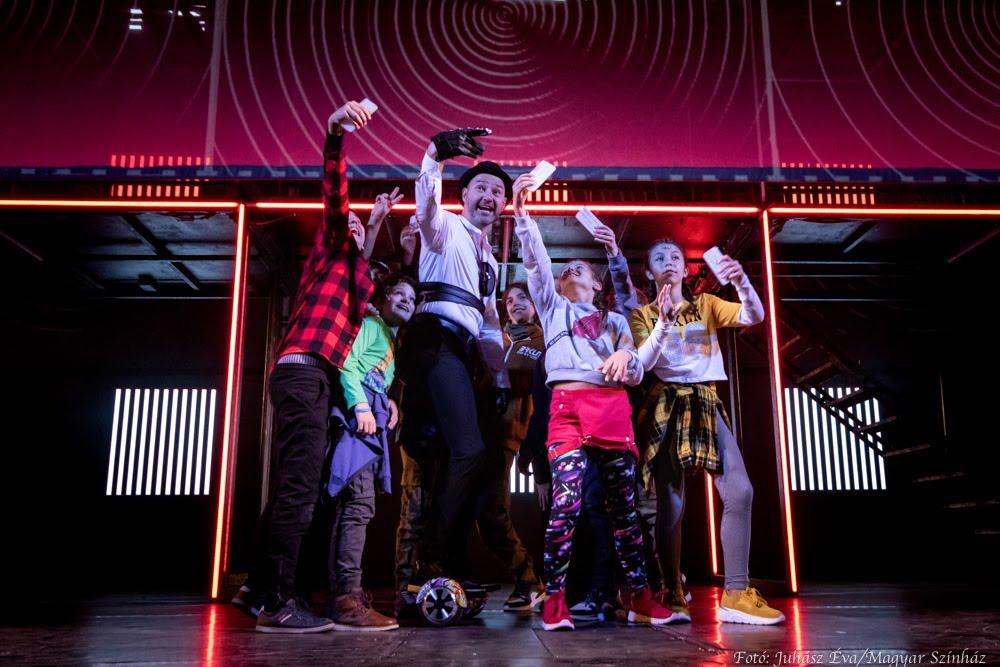 Kínai feliratozással látható előadás a Pesti Magyar Színházban