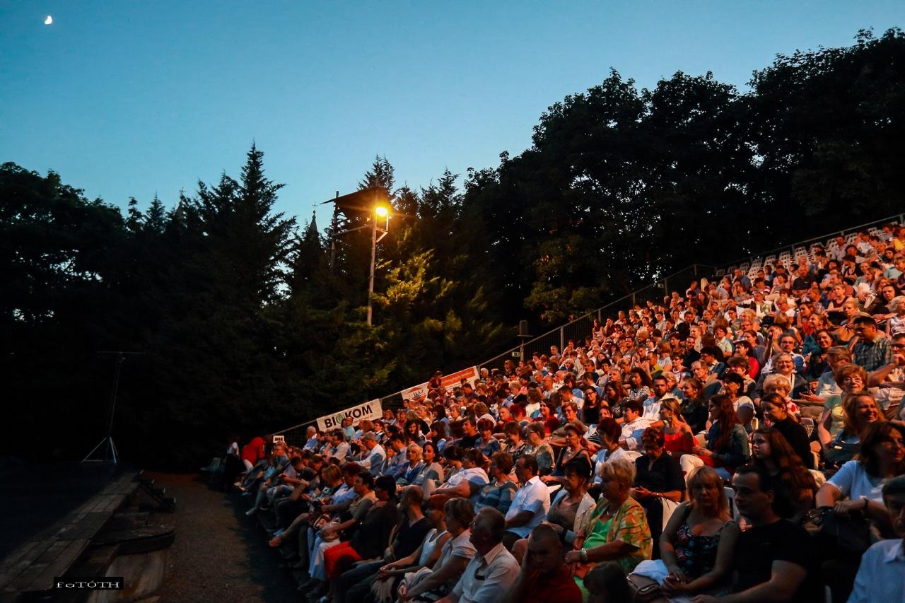 Szabadtéri színházi előadásokkal és koncertekkel várják a pécsi Káptalan kert látogatóit